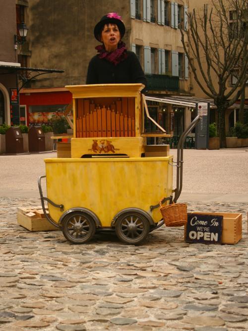 animation de rue en Ardèche, au son de l'orgue de Barbarie