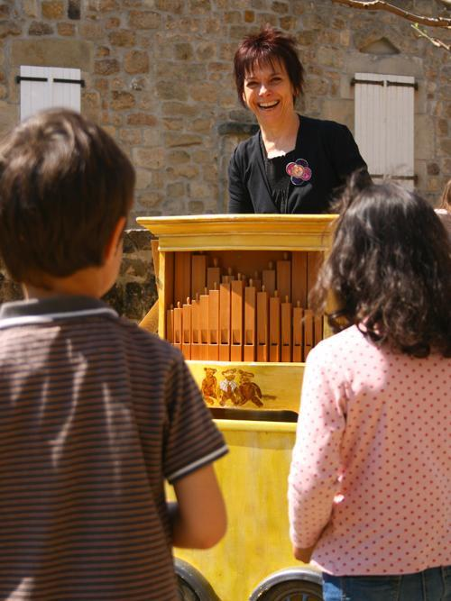l'orgue de Barbarie plait aux enfants