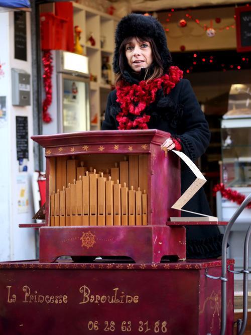 animation de Noël à l'orgue de Barbarie à Vallauris, dans les Alpes Maritimes