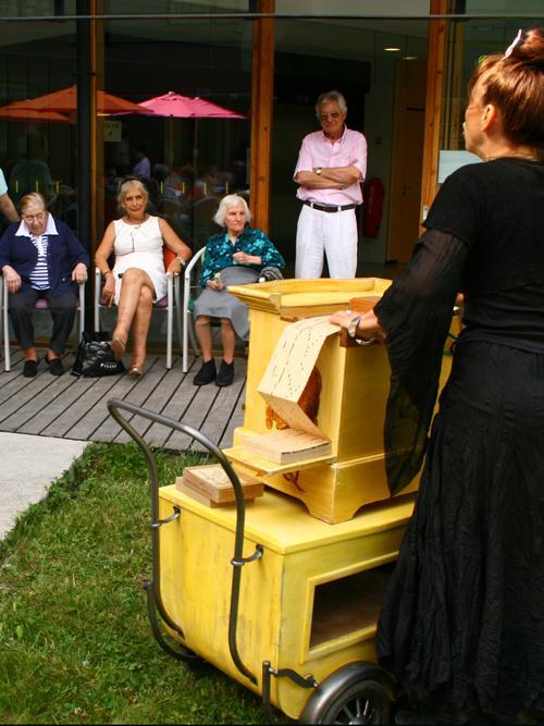 animation en maison de retraite dans les jardins