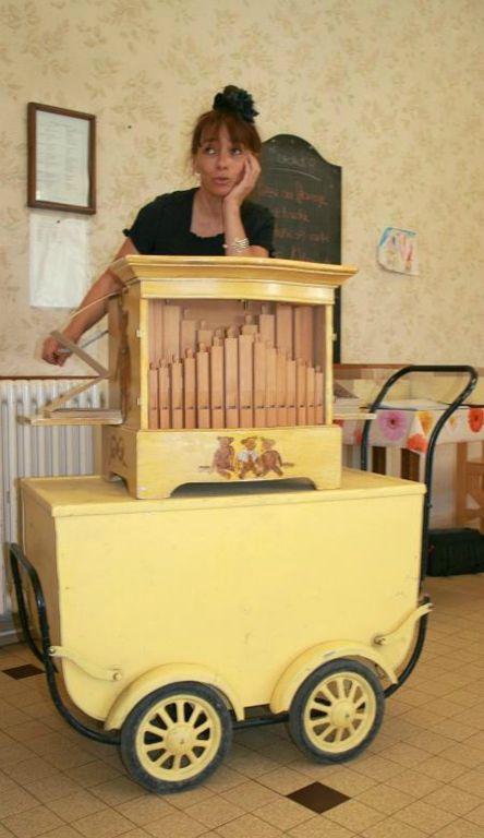 la Princesse Barouline joue de l'orgue de Barbarie pour les personnes âgées