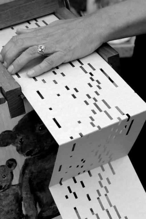 les trous des cartons perforés mémorisent la musique