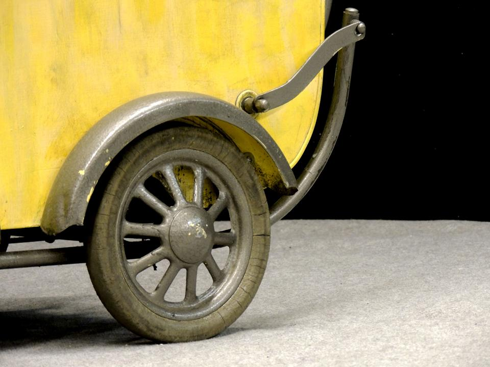 un ancien landau en guise de charrette