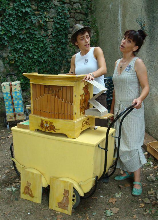 durant un festival d'orgues de Barbarie, en Ardèche