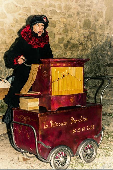 la Princesse Barouline assure une animation de Noël à l'orgue de Barbarie