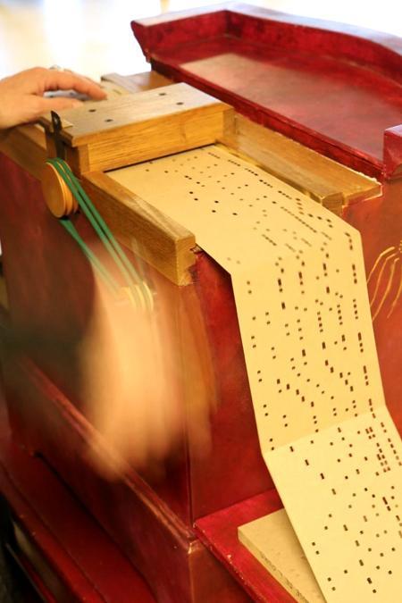 la manivelle de l'orgue de Barbarie entraîne le carton perforé